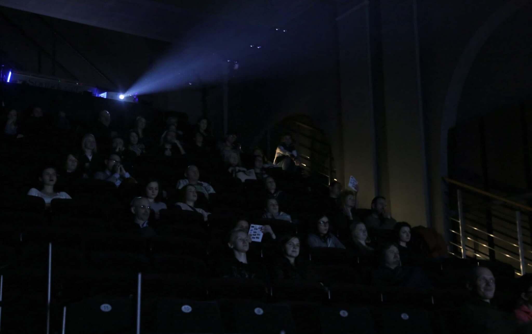 widzowie w sali kinowej